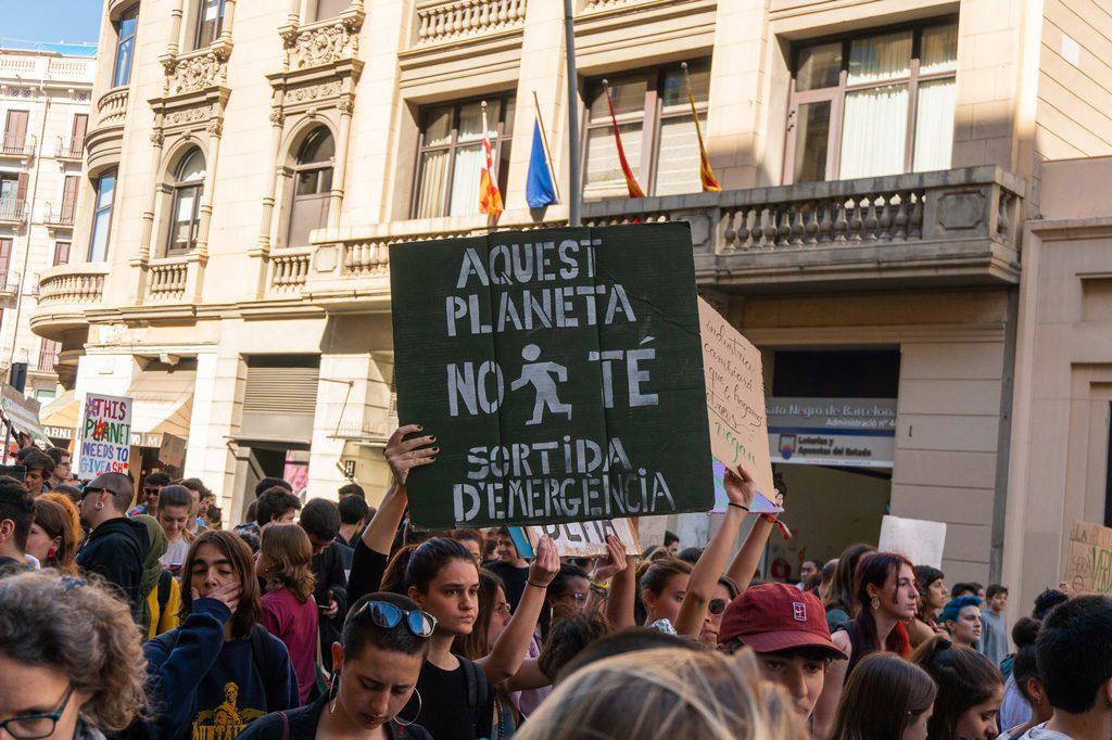 """Pancarta """"No hay salida de emergencia""""."""