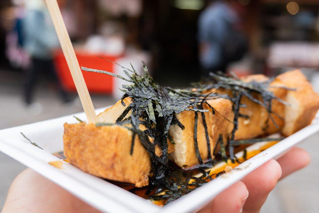 Tofu frito con algas.