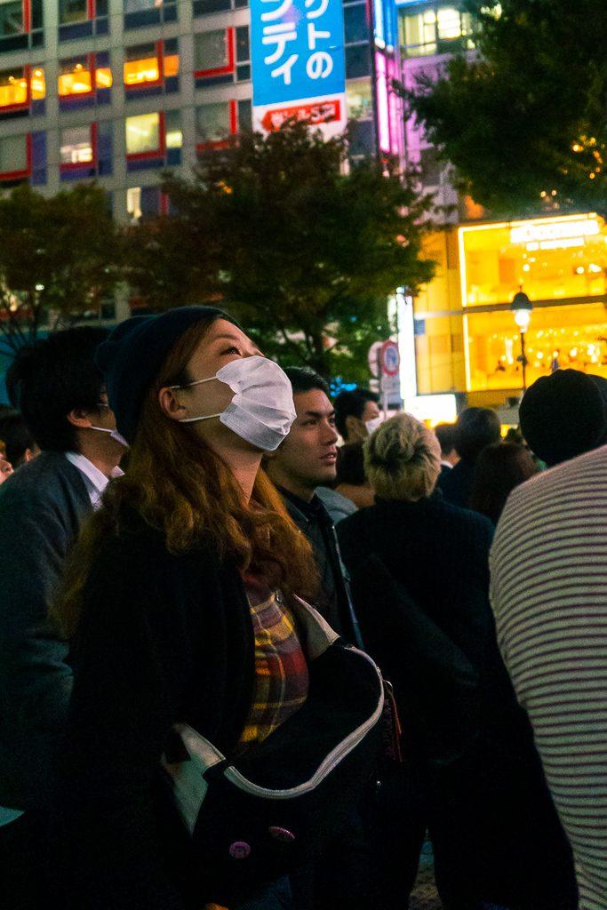 Chica japonesa en el barrio de Shibuya