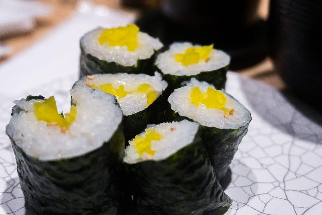 Comida vegana en Osaka: Makis de rábano encurtido