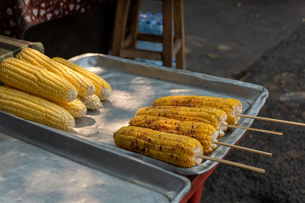 comer vegano en Tailandia: maíz a la brasa