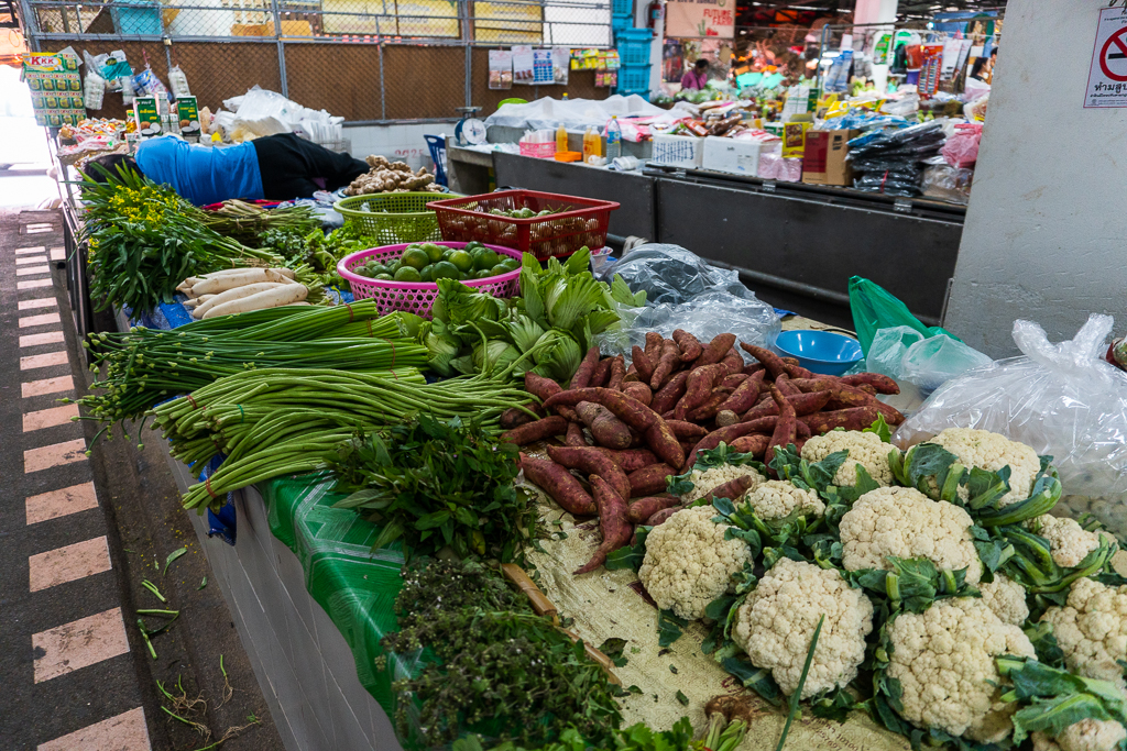 Mercado local con vegetales en Tailandia